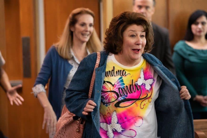 Oma Sandy ist da! (Und sie hat ein T-Shirt von ihrer Enkelin geschenkt bekommen ...) ©Paramount Pictures