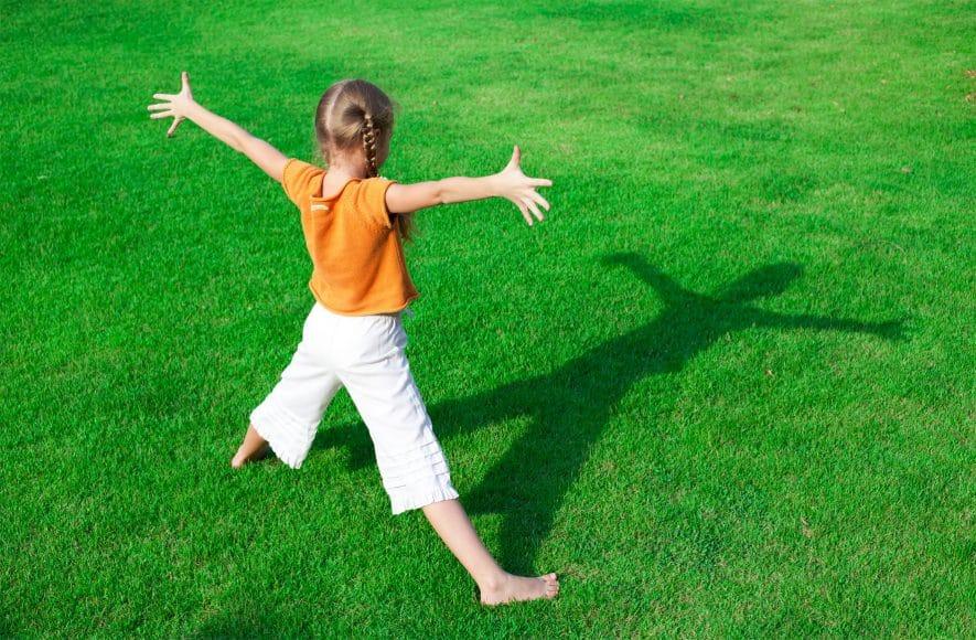 """Das Sonnenuhrexperiment ist ganz einfach und sehr beliebt, wenn es darum geht, Kindern zu zeigen, wie die Sonneneinstrahlung Licht- und Schattenbildung beeinflusst. Für das Experiment brauchen wir einen etwa einen Meter langen Stock und mehrere kleinere Stöckchen. Und so geht's: Den Stock morgens zu einer vollen Stunde, zum Beispiel um 9 Uhr, an einem sonnigen Platz in den Erdboden stecken. Den Schatten des Stockes jede Stunde beobachten und den jeweiligen Standort mit einem kleinen Stöckchen im Boden markieren; so entsteht das """"Ziffernblatt"""" einer Uhr. Die Erklärung: Wenn die Lichtstrahlen der Sonne auf den Stock treffen, werden sie gestoppt. Aus diesem Grund entsteht hinter dem Stock ein Schatten. Dieser Schatten wandert im Laufe des Tages im Kreis, da sich die Erde dreht. Die unterschiedliche Länge der Schatten erklärt sich dadurch, dass die Sonne vormittags und nachmittags tiefer am Himmel steht. Dieses Phänomen bewirkt längere Schatten. Mittags steht die Sonne am höchsten und die Sonnenstrahlung ist dann am intensivsten, denn die Strahlen treffen nahezu ungehindert auf die Erde – oder eben auf unsere Haut. Daher sollten wir die Mittagszeit gut geschützt im Schatten oder drinnen verbringen."""